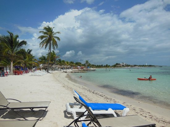 Mahahual Beach: Beach area in front of the Krazy Lobster.