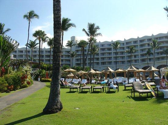 Fairmont Kea Lani, Maui: Hotel lawn and pools