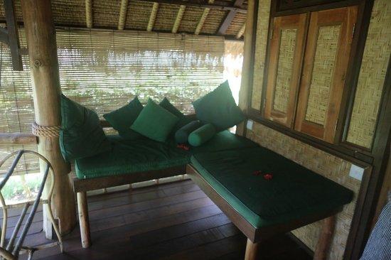 Flower Bud Bungalows Balangan: Flower Bud Bungalows - Uluwatu Bali Indonesia - Balangan Beach - bungalow patio