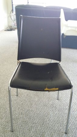 Gemini Court Holiday Apartments: Disgusting old chair