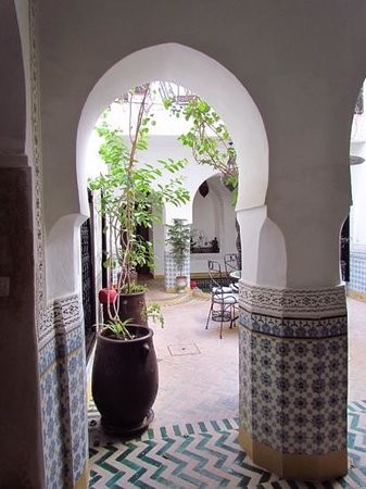 Riad Al Mamoune : View out to courtyard