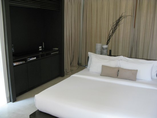 X2 Koh Samui Resort - All Spa Inclusive: bed in the middle of room
