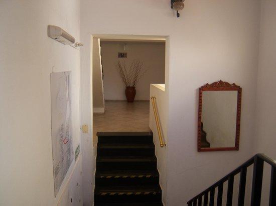 Huarpes Hotel: Vista desde las escaleras  a la salida de la habitación