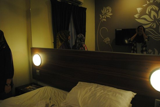 Tune Hotel Danga Bay : view inside room