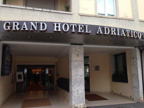 Grand Hotel Adriatico: ホテル前