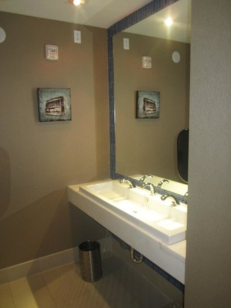 Blue Moon Hotel, Autograph Collection : Bathroom in lobby