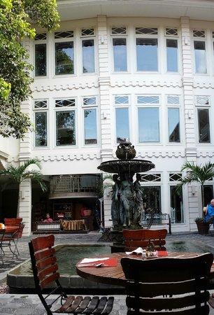 The Phoenix Hotel Yogyakarta - MGallery Collection : Breakfast area