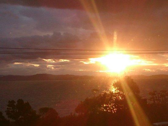 Umi No Hotel Shimahana : 部屋の窓から朝日が見えました