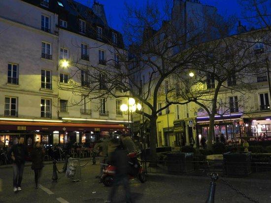 Hotel des Grandes Ecoles: Place de la Contrescarpe at night