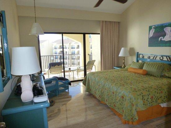 The Royal Islander All Suites Resort: Master Bedroom