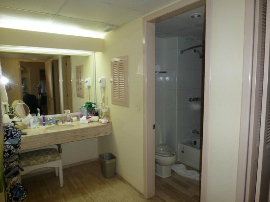 The Royal Islander All Suites Resort: Bathing and Dressing Area