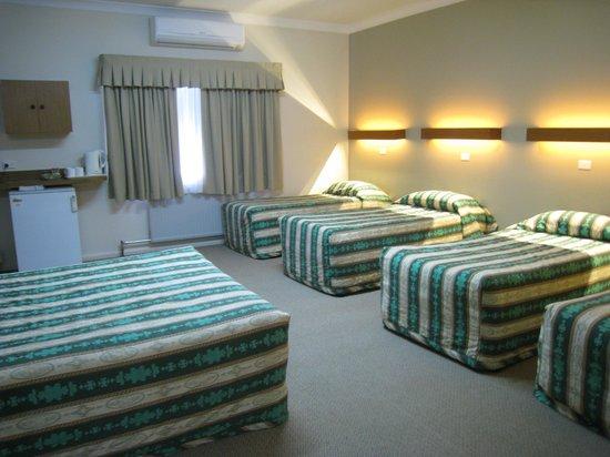 Country Lodge Motor Inn: Large family room