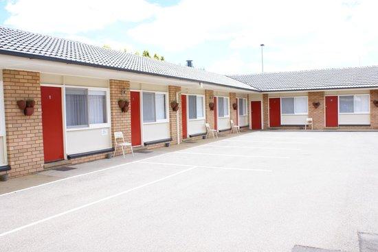 Country Lodge Motor Inn: Onsite parking