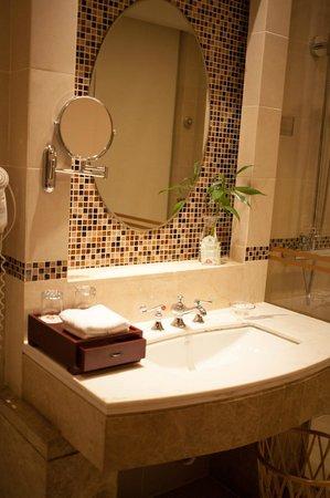 Astor House Hotel: a pretty bathroom