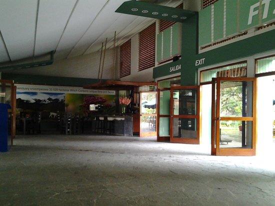Machu  Picchu market adjacent to the train station: lobby da estação