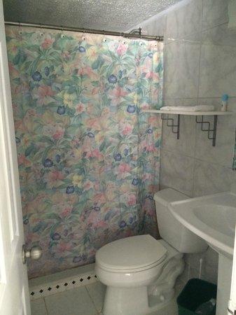 Beachview Cottages: Clean bathroom