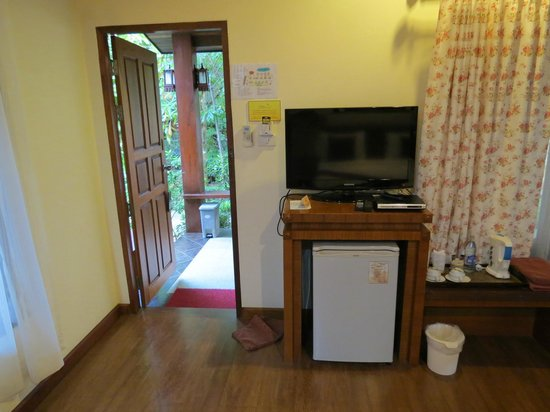 Baan Grood Arcadia Resort & Spa: Wifi, wide-screen TV, fridge, and dvd player.  No movies in English, however.