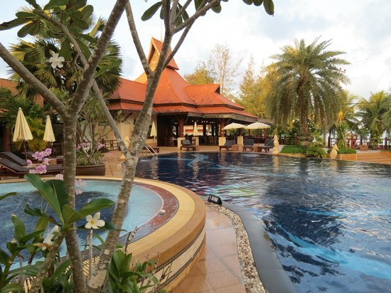 Baan Grood Arcadia Resort & Spa: Looking across the pool towards the entrance and dining area