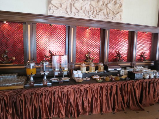 Baan Grood Arcadia Resort & Spa: Another view of the breakfast smorg. Lots of drink choices.