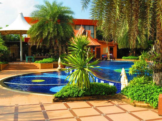 Baan Grood Arcadia Resort & Spa: Absolutely amazing and deep pool, and a very safe childrens pool as well.