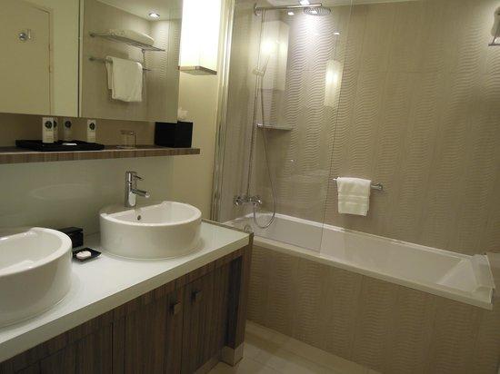 Sofitel Quiberon Thalassa Sea & Spa : salle de bains junior suite