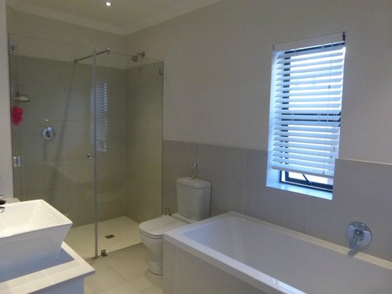 Supertubes Guesthouse : Ensuite to bedroom 1