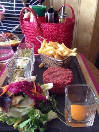L'ESCALE BLANCHE : Steak Tartare, helemaal zelf op smaak te brengen, was heerlijk.