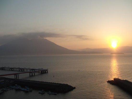 Best Western Rembrandt Hotel Kagoshima Resort: 朝日を受ける桜島の噴煙