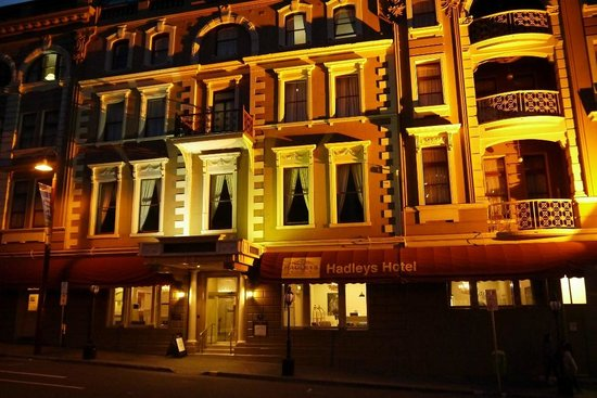 Hadley's Orient Hotel: Hadleys at night