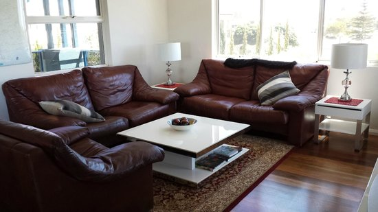 Dolphin Point B&B: Comfortable leather lounge