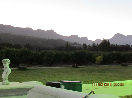 De Kleijne Bos Country House: View from room of sunrise over Hottentots Mountains
