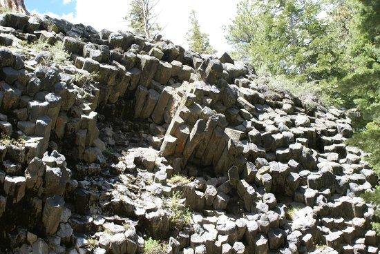 Devils Postpile National Monument: Basaltsäulen schräg austretend