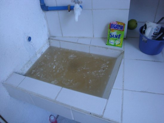 Townhouse Hotel / Hostel Manila: Blocked drain filth This is at their other Hotel in Boracay