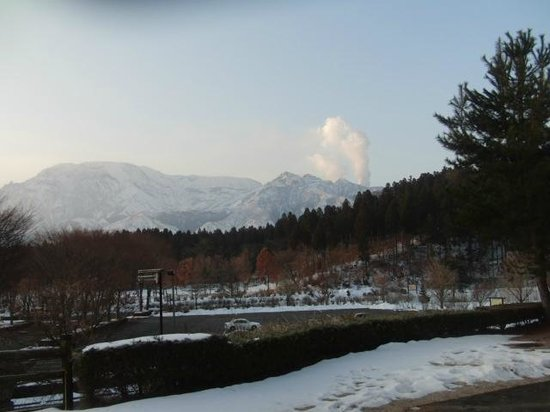 Ikoinomura : 噴煙を上げる雪の阿蘇を望む