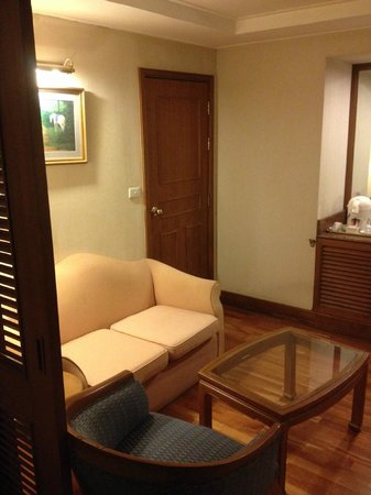 Hotel Windsor Suites & Convention Bangkok: the hall area of the suite