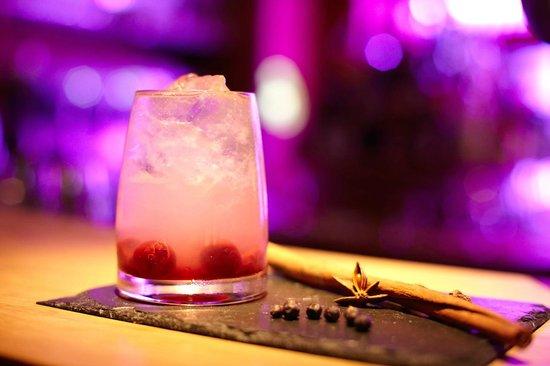 Eckerts. Das neue Wirtshaus mitten im Fluss.: Die Cocktailkarte unserer Bar überrascht Sie mit ausgesuchten Drinks und frischen Ideen.