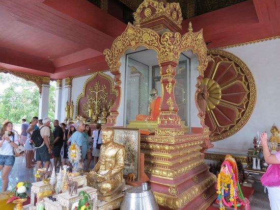Wat Khunaram (Mummified Monk): Tourists mill around the mummy shrine