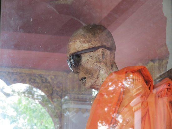 Wat Khunaram (Mummified Monk): This is what smoking will do for you