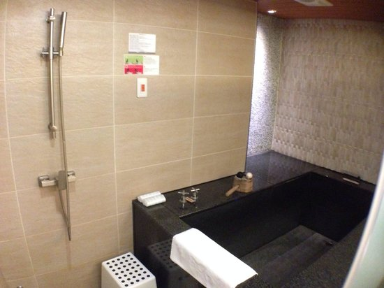 Beitou Hot Spring Resort (Tian Yue Quan): Shower area and hot spring tub