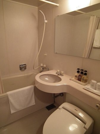 Court Hotel Hiroshima : El típico baño minicabina.