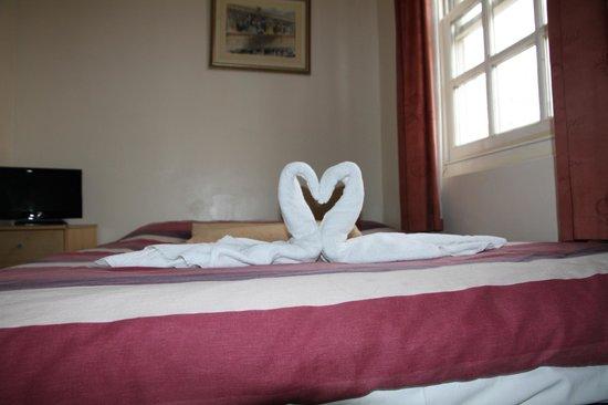 Enrico Hotel : letto (cigni)