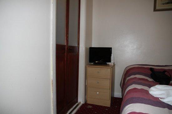 Enrico Hotel: camera a sx porta del bagno