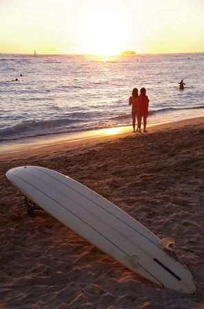 Moana Surfrider, A Westin Resort & Spa: sunset in front of the beach at Moana