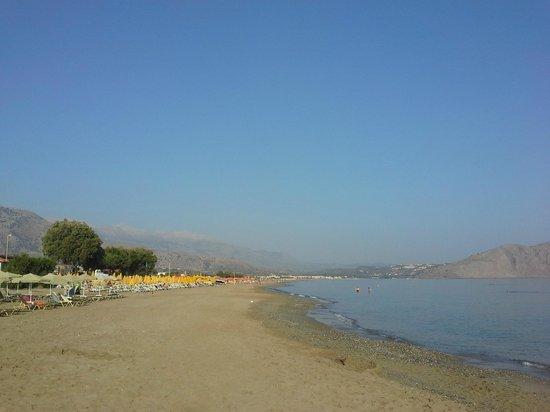 Sandy Beach Hotel : Пляж отеля с видом на Георгиуполис