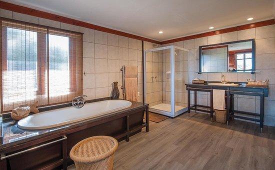Kariega Game Reserve - Ukhozi Lodge : Ukhozi Lodge bathroom