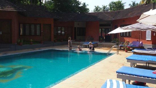 Deshadan Cliff & Beach Resort: Deshadans poolområde