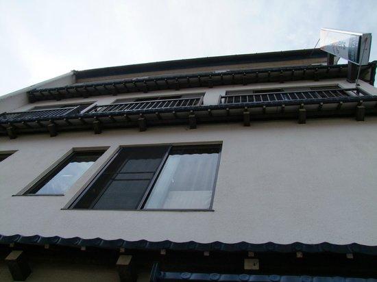 J-Hoppers Hida Takayama Guesthouse: Exterior del hostal.