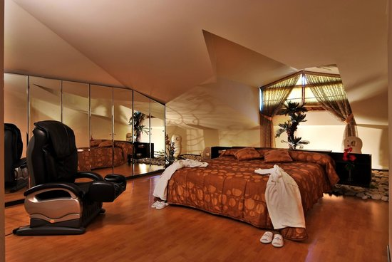 Princessa Hotel: king size bed thoughtfully decorated with electrical massage chair