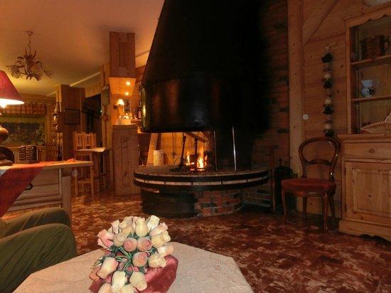 Hotel de la Couronne : coin salon avec cheminee