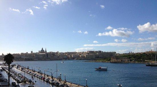 Sliema Marina Hotel: Odadan Valleta merkez görünümü